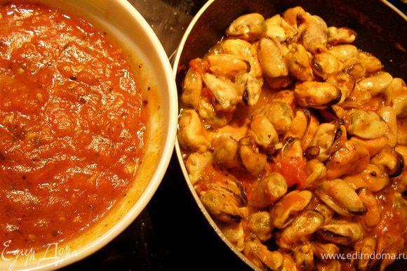 Выкладываю соус в чашку, оставив на сковороде 3 ст.л. Ставим сковороду на огонь, выкладываем мидии (можно даже замороженные, но лучше немного разморозить, чтобы лишняя вода ушла), прогреваем минут 5 в соусе, добавляем вустерширский соус (можно заменить устричным)и тушим ещё минут 5. Откладываем несколько мидий для украшения, а то потом забудем:))
