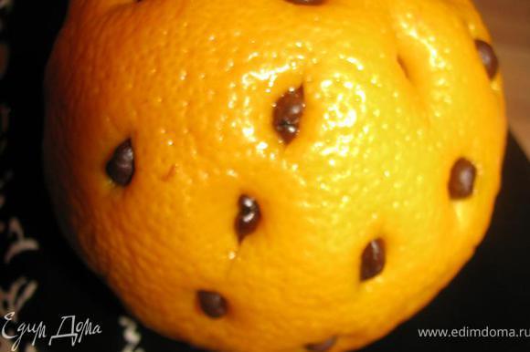 Делаем 44 неглубоких надреза в апельсине. Вкладываем в них зернышки кофе.
