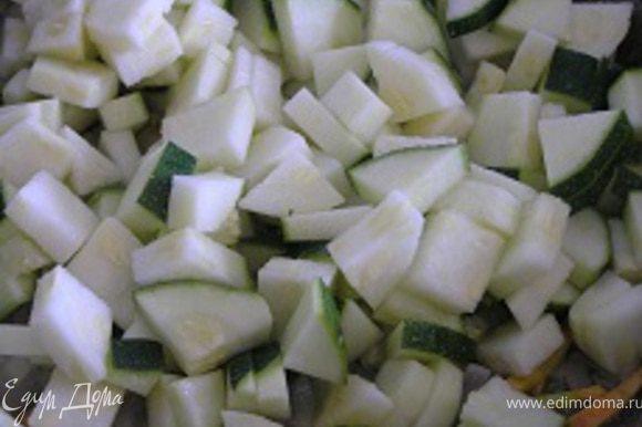 цуккини нарезать кубиками, добавить к овощам, перемешать.