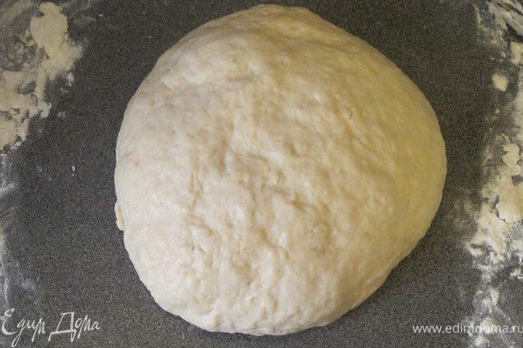 """Готовим тесто: Для опары: в кружку налить теплое молоко, добавить дрожжи и сахар, тщательно перемешать.Оставить на 15 минут, должна подняться """"шапочка"""". В большую миску выливаем опару, добавляем яйцо, соль, кефир и сметану, тщательно перемешиваем. Постепенно добавляем просеянную муку и замешиваем тесто. Тесто получается тягучим и липким, это нормально. Накрываем миску полотенцем и отправляем в теплое место на 1.5 часа."""