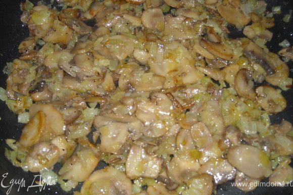 Разогреть в сковороде пару ложек растительного масла, добавить ложку сливочного масла, лук порезать средне, обжарить его, посолить, поперчить, добавить нарезанные шампиньоны, обжарить, посолить, поперчить, в конце раздавить 2-3 зубчика чеснока.