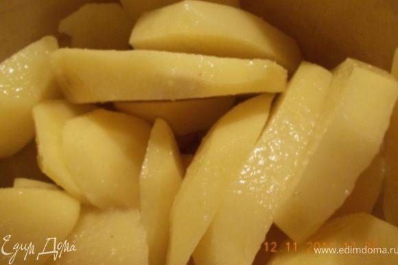 картошку почистить, порезать кружочками, посолить