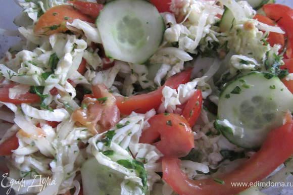 Полученным соусом, заправляем салат. Приятного аппетита!