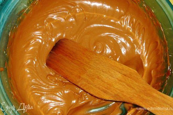 Крем готовится следующим образом: сгущёнку взбиваем с размягчённым маслом и молоком.