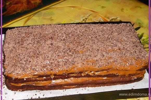 Пропитанные и поостывшие коржи смазываем кремом. Собираем в тортик. Ставим на ночь в холодильник для пропитки.