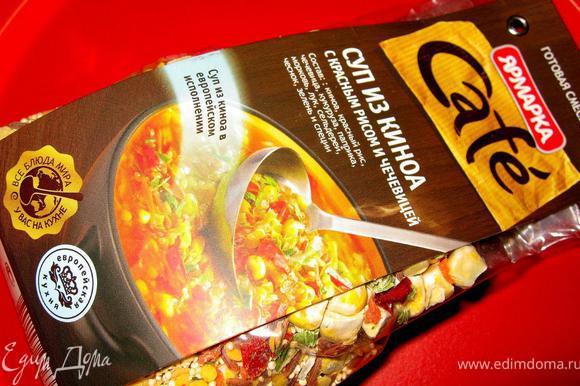 Ну и теперь обо всем по порядку. По традиции начнем с супа, куда же без него. Мне очень нравятся в последнее время новинки компании ярмарка – готовые смеси для супов. Некоторые я готовлю без дополнений, некоторые использую как основу. Сегодня я приготовлю суп из киноа и добавлю в него острую колбасу. В этом варианте мне эта смесь понравилась больше, будет очень вкусно. В этот суп входят: киноа, красный рис, чечевица, кукуруза, паприка, морковь, лук, сельдерей, чеснок, черный перец и кориандр.