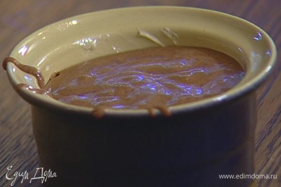 Небольшие керамические формочки смазать сливочным маслом и наполнить их тестом практически до верха.