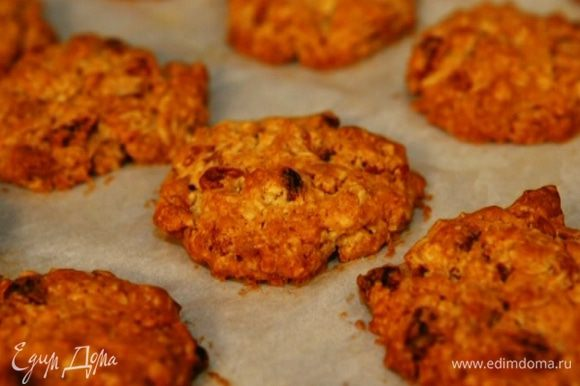 Выпекать печенье в разогретой духовке 20–25 минут до появления золотистой корочки.
