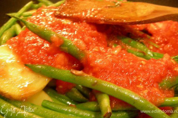 Томаты ошпариваем кипятком, снимаем кожуру и измельчаем в пюре. Отлично подойдут всевозможные заготовки. Добавляем соус к овощам, а также травки по вкусу, я взяла острую паприку, майоран, тимьян. Тушим до мягкости овощей минут 30-40 на среднем огне. При необходимости можно долить немного томатного сока или водички. Можно оливки добавитьза несколько минут до готовности или сразу в тарелку.