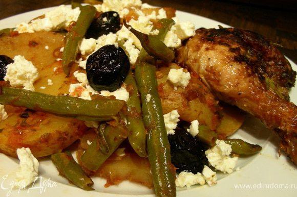 Выкладываем наши овощи на тарелку, посыпаем фетой и подаем. Приятного аппетита)