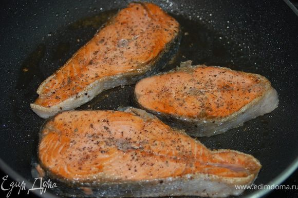 Стейк семги обвалять в перце с солью и обжарить на оливковом масле до готовности.