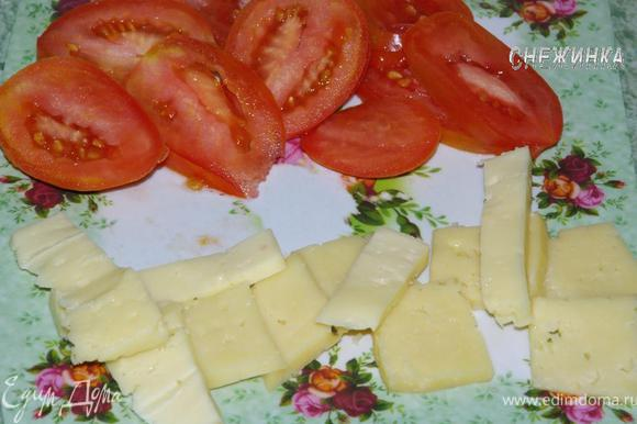 Сыр нарезать пластинками, помидоры колечками.