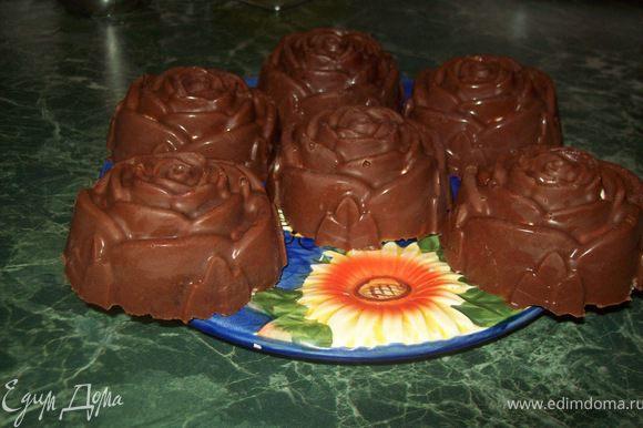 Кисточкой промазать силиконовые формы шоколадом и поставить в морозильку на 5 минут. Взбить творог с сахарной пудрой и чайной ложкой молока или сливок.Достать формочки,положить творожок,немного сгущёнки,клубнику, и кусочки печенье(не очень маленькие)опять промазать шоколадом и на 10 минут в морозилку, и на минутак 5 в холодильник.