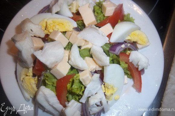 Щуку(или любую другую рыбу) приготовить в пароварке(либо запечь в духовке), разделить на кусочки и добавить в салат.