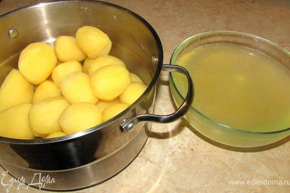 Когда вода закипит - немного посолите воду, убавьте огонь до маленького и накройте крышкой. Варите картофель 40 минут. Проверьте картофель на готовность, проткнув самый большой клубень тонким ножом. Если лезвие ножа заходит мягко и с одинаковым усилием по всей толщине картофеля - он готов. Слейте воду, в котором готовилась картошка в емкость.