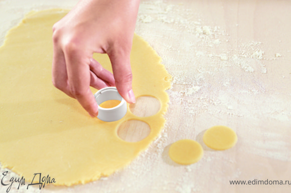 Смешать яйцо с сахарным песком на водяной бане до загустения, затем снять с огня и продолжать помешивать до охлаждения.