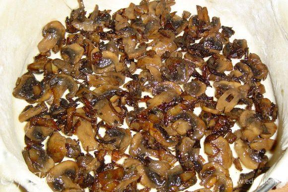 Готовое слоеное тесто раскатываем и укладываем в ,предварительно смазанную маслом, разъемную форму. На тесто выкладываем грибы с луком,