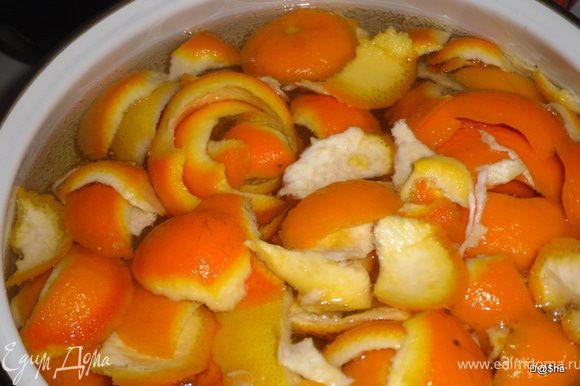 Я взяла кожуру от 4-х апельсинов и одного лимона. Кожуру не нарезая положить в кастрюлю, залить холодной водой (2-2,5 литра).