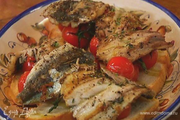 На хлеб выложить помидоры, сверху поместить рыбу и полить все маслом, в котором запекались помидоры. Посыпать оставшимися листьями тимьяна.