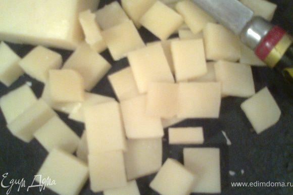Нарезаем сыр кубиками,чтобы влезли по размеру в отверстия решётки(они провалятся при раскатывании теста)