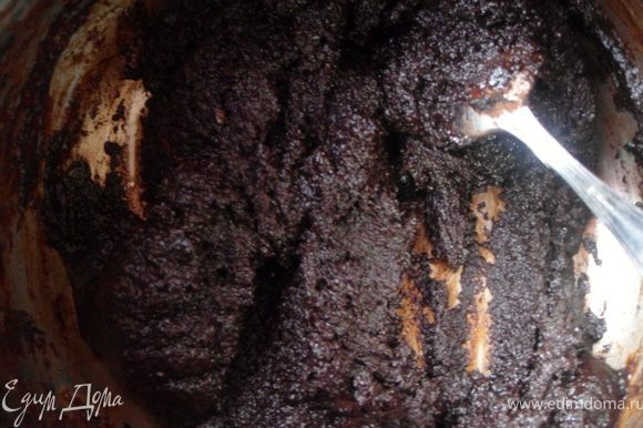 Растопить шоколад с ликером на водяной бане, добавить какао, перемешать.