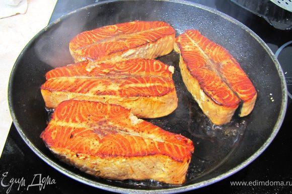 Аккуратно переверните рыбу и жарьте ее еще три минуты.