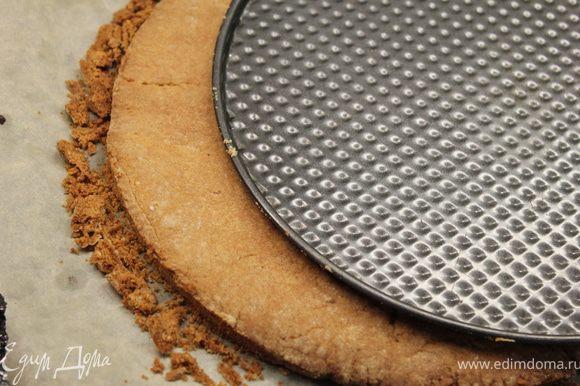 Песочные коржи ровняем (если это необходимо) под нашу форму, осторожно ножом. Крошки собираем и оставляем для обсыпки торта.