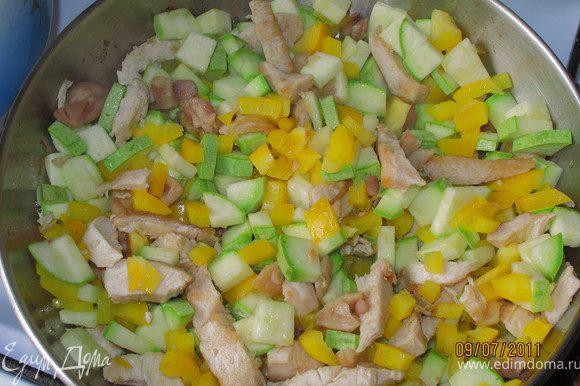 Затем добавляем овощи и жарим 3-5 минут.
