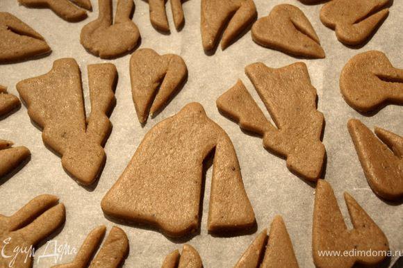 Я вырезала проём для того, чтобы можно было надеть печеньки на стакан с молоком/кофе/какао. (идею и рецепт нашла на http://blogs.babble.com)