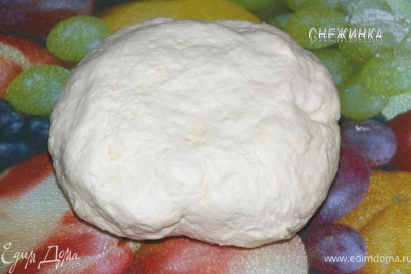Теперь примешиваем к тесту сыр. Я делала это в несколько этапов. Сначала раскатала не сильно тесто, посыпала сыром на одной половине, другой половиной прикрыла, затем тщательно вымесила. Повторила так еще 2 раза. И долго вымешивала тесто, пока сыр не «слился» с тестом.