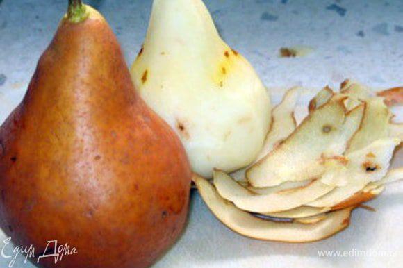 Снять шкурку с груш и нарезать их на дольки.