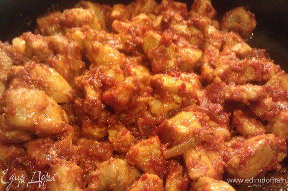 Порезать лук полукольцами Обжарить его на сковороде до золотистого цвета, добавить свинину, чеснок(мелким кубиком), посолить и жарить вместе в течение 10 мин. Добавить 1 ст.л муки всё хорошо перемешать 2,5 ст. л. томатной пасты жарить еще 3 мин