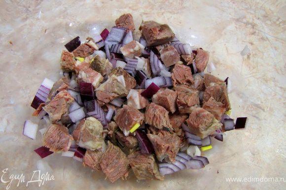 Порежьте лук мелко кубиками, добавьте в мясо.