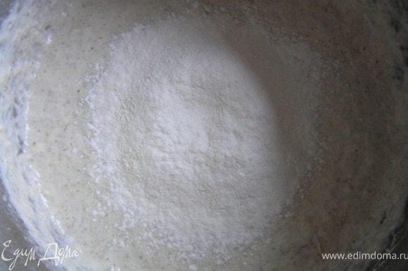 Затем к опаре добавить соль, 1-2 ст.л. растительного масла и оставшуюся муку (около 250-300 г),