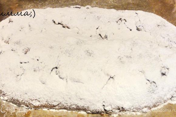 Когда штоллен остынет, его надо накрыть пищевой пленкой и убрать в прохладное место.