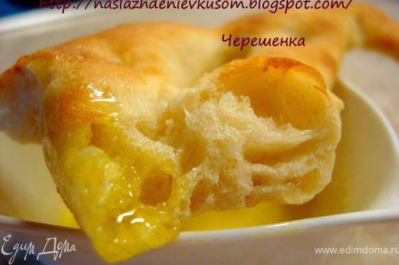 Любой домашний хлеб – это всегда хорошо! Но когда он такой необычный, когда кукурузная мука хрустит потом у вас на зубах вместе с корочкой, а внутри вас ожидает мякиш нежный как пух, то это вдвойне приятно!!! Возьмите хорошее оливковое масло, макайте в него кусочки фугассов и наслаждайтесь вкусом!!! Приятного аппетита, дорогие мои!!!