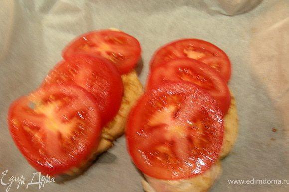 Кладем на нее помидоры.