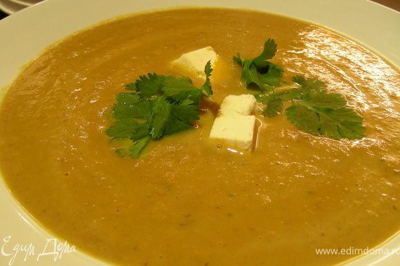 Переливаем суп в блендер и измельчаем. Возвращаем его в кастрюлю, солим, перчим по вкусу. Прогреваем. Затем разливаем по тарелкам, по желанию добавляем сметаны и подаем. Приятного аппетита))