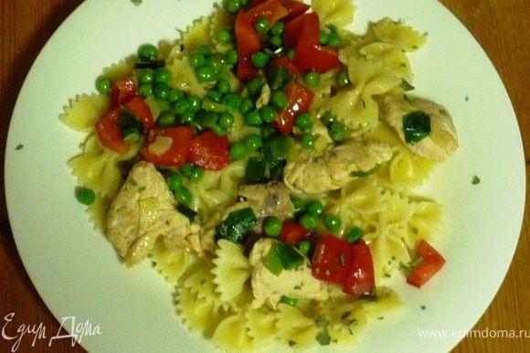 Слить воду с пасты. Выложить на тарелку пасту, затем овощи, сверху посыпать базиликом. Приятного аппетита!