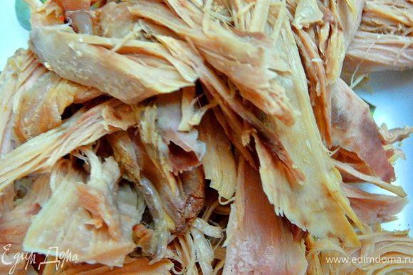 Мясо(курятина)предварительно отварить и разобрать на крупные волокна.