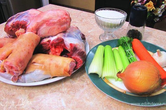 Для вкуса можно понабрать много чего, например свиную кожу, которая у вас осталась после приготовления свиной ноги по-моему рецепту Главное, чтобы были два первых ингредиента, то есть говяжья голень и свиные копытца. Попросите мясника разрубить голень на четыре части: вдоль и пополам. Свиные ножки просто вдоль Не бойтесь осколков костей - их все равно будет много и надо будет упорно их выбирать.