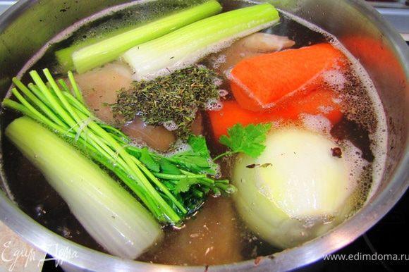 Морковь и сельдерей разрежьте пополам, чтобы удобнее было класть в кастрюлю. Положите лук, морковь, сельдерей, пучок травы (свяжите хлопчатобумажной нитью. пластиковая растворится в бульоне).