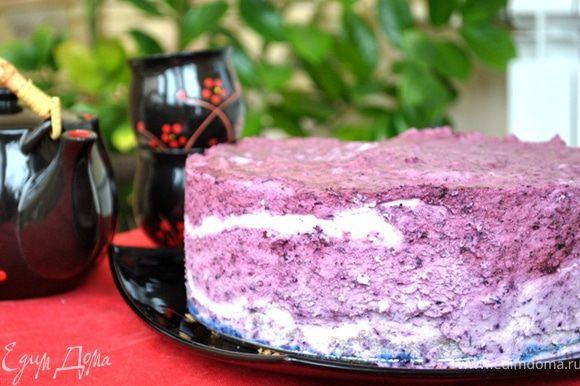 Освободить торт от кольца, аккуратно проведя ножом между ними