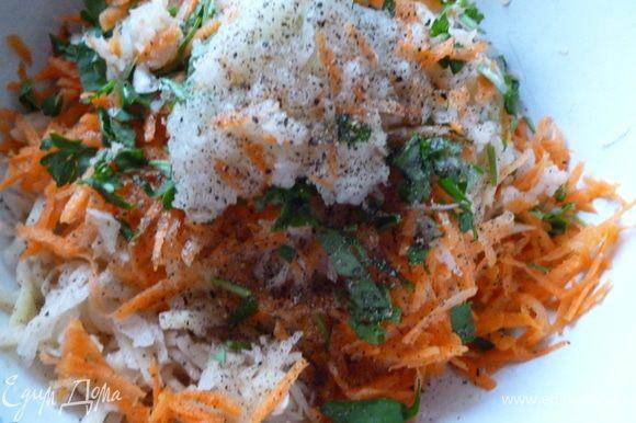 Приготовим начинку:натереть на крупной терке луковицу,картофель и морковь,добавить зелень,соль и перец,хорошо перемешать.Затем смесь слегка отжать от лишней жидкости.