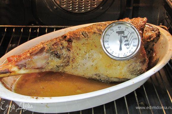 Можно волжить мясо в конверт, сделанный из фольги. Для этого переложите ногу в конверт вместе с соками. Запечатайте конверт так, чтобы не осталось воздуха. Разогрейте духовку до 230 градусов. Вытащите ногу из пакета, оставшийся сок перелейте в чашку. Положите ногу на противень или керамическое блюдо, так, чтобы можно было бы из блюда собирать ложкой сок и поливать им мясо. Полоставьте блюдо с ногой в духовку. Через 10 минут убавьте огонь до 180. Еще через десять минут полейте ногу соком, оставшимся при мариновании.