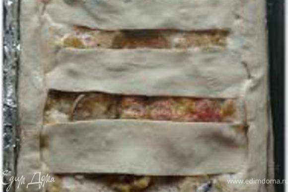 Верх украсить из обрезков теста в виде решетки.