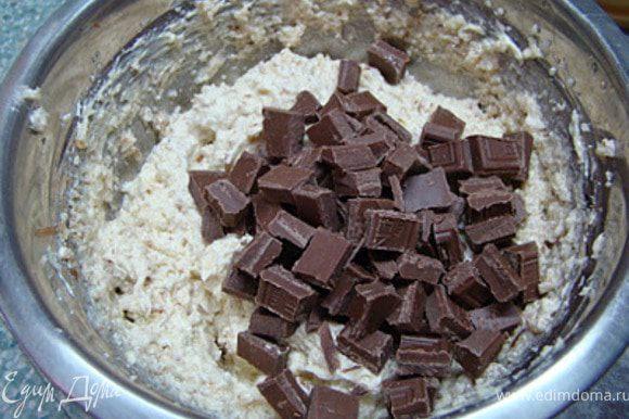 Продолжая взбивать добавьте сахар. Затем, по одному, яйца. Хорошо взбейте. После, добавьте остальные ингредиенты.