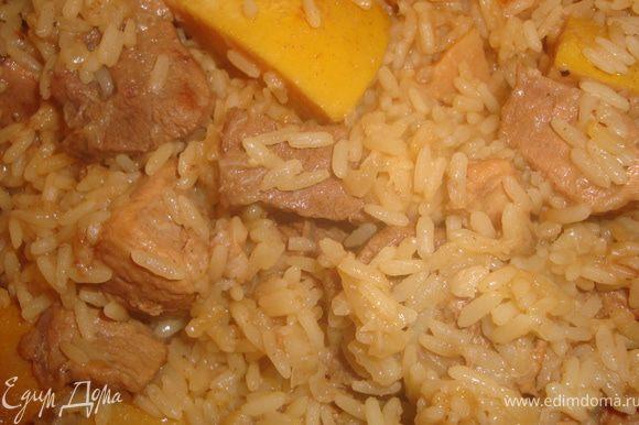 Влить горячую воду на 2,5 см. выше уровня риса и тушить до готовности. Готовый плов накрыть крышкой, можно укутать и выдержать минут 20.