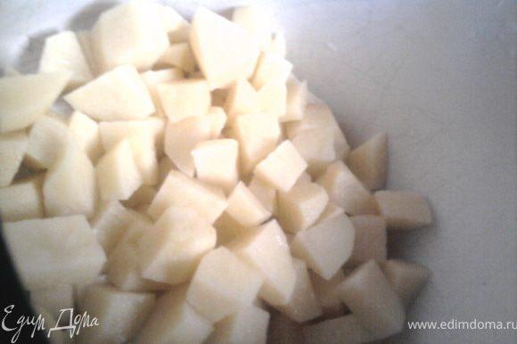 Сначала подготовить овощи. Картофель почистить и порезать. Капусту нашинковать.