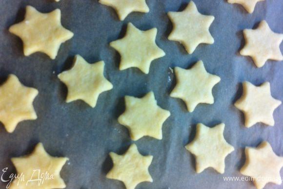 Выложи звезды на смазанный жиром противень.Поставь в духовку 8-10 минут,пока они не станут золотистого цвета.